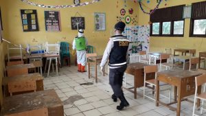 Antisipasi Wabah Covid-19 di Sekolah, Personel Brimob Kembali Semprot Disinfektan
