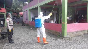 Brimob Aceh Semprot Disinfektan di Dayah Safinatun Naja dan Masjid di Nagan Raya
