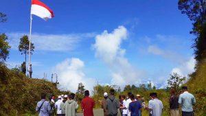 Peringati 17 Agustus, Bendera Raksasa Berkibar di Puncak Gunung Singgah Mata Nagan Raya