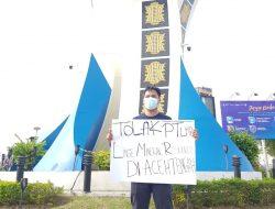 Seorang Pemuda Lakukan Aksi Tunggal Penolakan Tambang PT LMR