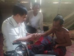 Menderita Lumpuh, M.Yahya Terima Kursi Roda Dari Drs. H. Asib Amin