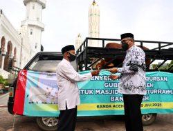 Gubernur Aceh Serahkan Sapi Kurban Seberat 700 Kilogram Kepada Imam Besar Masjid Raya Baiturrahman